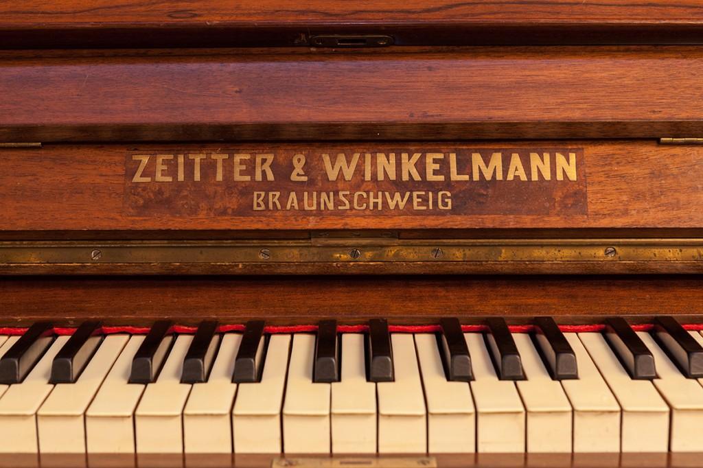 piano de armário com candelabros para velas Zeitter & Winkelmann – Alemanha, década de 1910