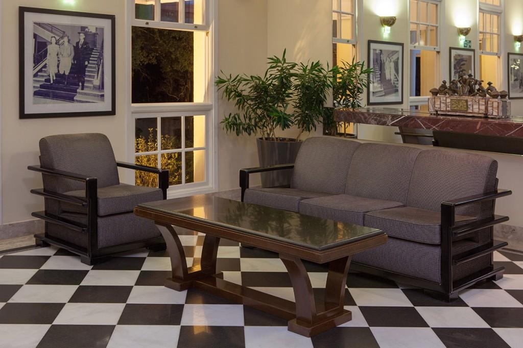 poltrona, sofá e mesa do mobiliário original do GHP estilo art déco – Brasil, década de 1940